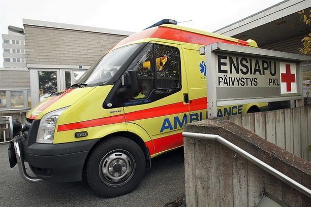 Järkyttynyt uhri tarvitsi sairasauton apua. Kuvituskuva Kainuun keskussairaalan edustalta.