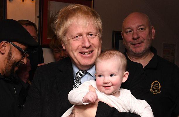 Vaalit ovat tulossa ja poliitikot pitävät taas lapsista. Boris Johnson kampanjatilaisuudessaan Wolverhamptonissa maanantaina.