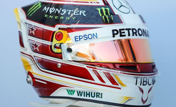 Tällaisessa kypärässä Lewis Hamilton paahtoi kauden avauskisassa.
