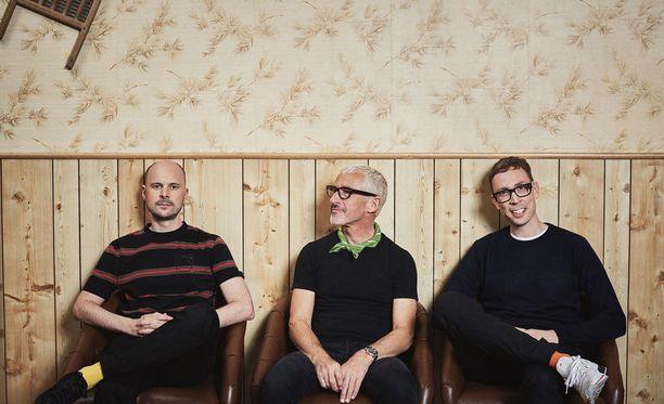 Suomalaisen Paavo Siljamäen (kuvassa oikealla) sekä brittiläisten Jono Grantin (kuvassa vasemmalla) ja Tony McGuinnessin vuonna 2000 perustama Above & Beyond on yksi maailman tunnetuimmista ja arvostetuimmista elektronista tanssimusiikkia tuottavista yhtyeistä.