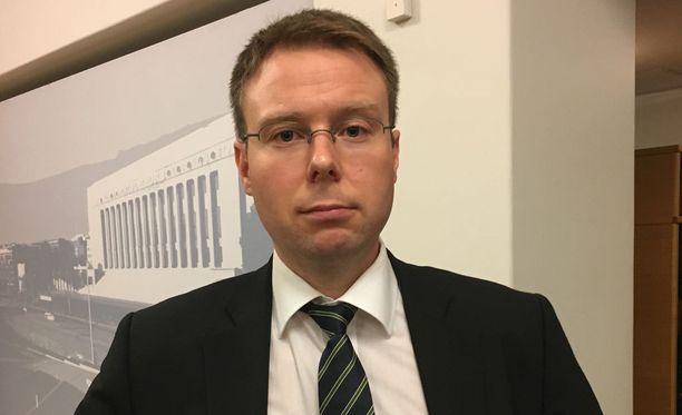 Vesa-Matti Saarakkala tunnetaan EU-kriittisistä kannoistaan. Saarakkala muistuttaa ilmoittaneensa julkisesti jo yli vuosi sitten kantansa muuttumisesta ja kertoo, että hän ei kyseenalaista EU-jäsenyyttä. Kantaansa Saarakkala perustelee maailman turvallisuusympäristön muuttumisella.