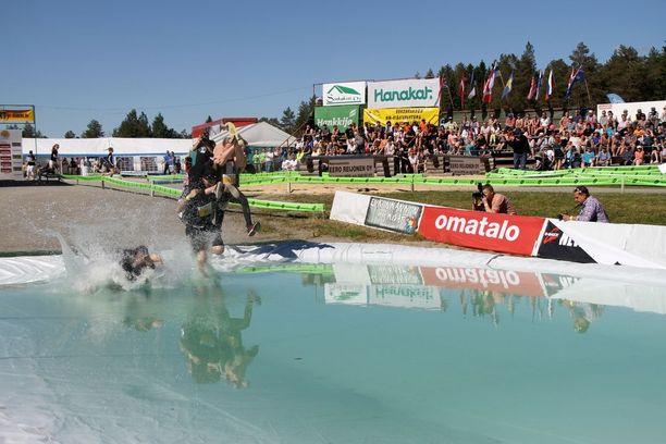 Sää suosi Eukonkannon MM-kisoja Sonkajärvellä. Vesieste virkisti kilpailijoita reitin varrella.
