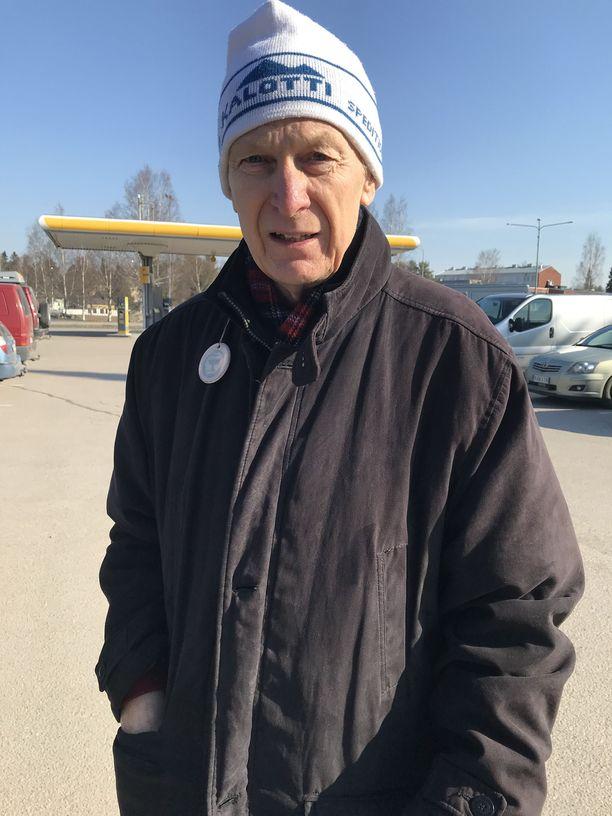 Laura Huhtasaaren isä, Esa Huhtasaari on huolissaan tyttärensä jaksamisesta.