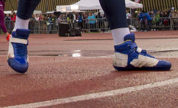 Sveitsin kisassa 11. heinäkuuta Johannes Vetterillä siniset heittokengät, joista oli logot teipattu piiloon.