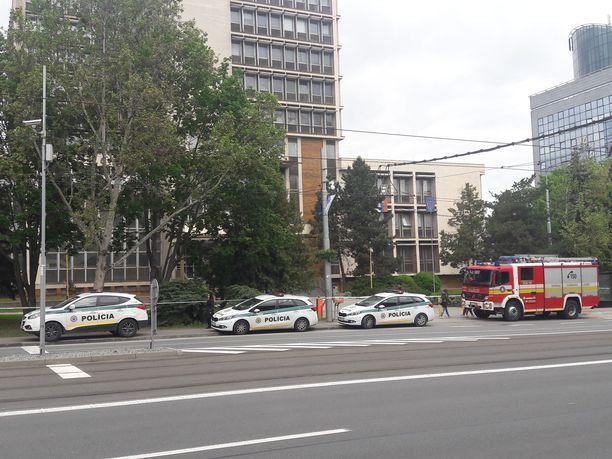 Kosicen oikeustalolta etsittiin pommia. Paikalla ollut poliisi kertoi yhden pommin löytyneen.
