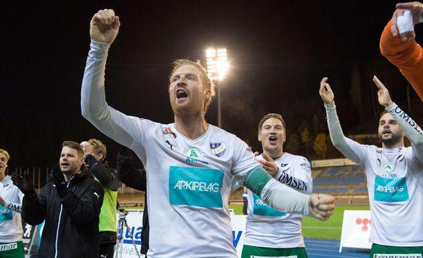 IFK Mariehamnin kapteeni Jani Lyyski (keskellä), Kristian Kojola ja Aleksei Kangaskolkka juhlivat voittoa FC Lahdesta.