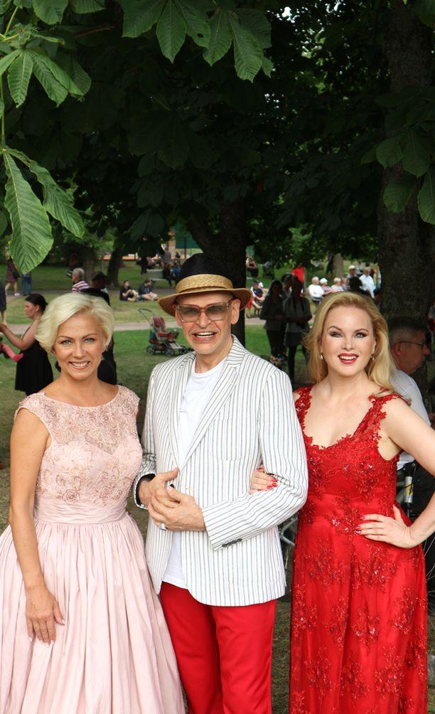 Helena Ahti-Hallberg, Jorma Uotinen ja Helena Lindgren viihtyivät muotitapahtumassa.