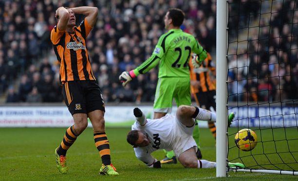 James Chester puski maalin omiin. Wayne Rooney hävisi pääpallon, mutta tuskin harmitteli sitä jälkikäteen.