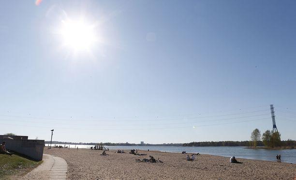 Uimarannalle kannattaa mennä viikonlopun aikana, sillä maanantaina sää todennäköisesti viilenee tuntuvasti.