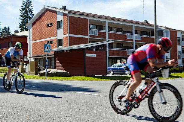 Pyöräily on haasteellista teiden routakuoppien vuoksi. Edessä valmentaja Kimmo Koivisto, takana Heikki Mäkelä.
