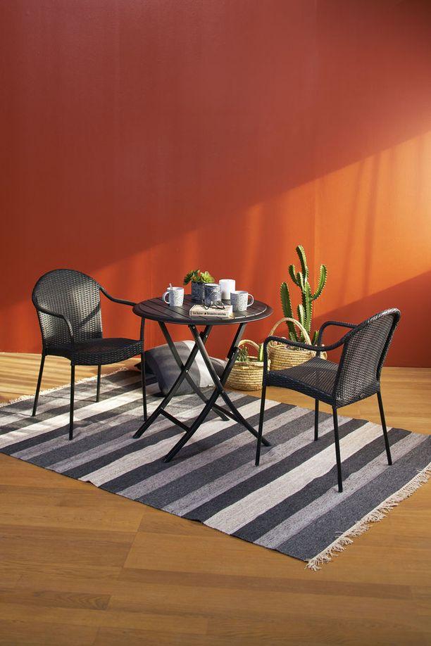 Iskulta löytyvä Cafe-tuoli on pinottava ja pöytä taitettava. Materiaali pöydässä alumiini/artwood ja tuolissa teräs/polyrottinki. Cafe-taittopöytä 225,- ja Cafe-tuoli 135,-.