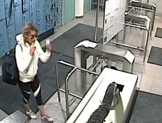 Poliisi epäilee Mäkelänrinteen uimahallin varkauksista vaaleahiuksista naista.