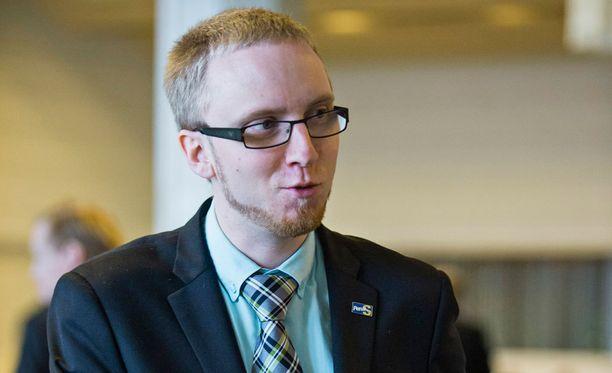 Perussuomalaisen radikaalimman suuntauksen takana on Simon Elon mukaan muun muassa Suomen Sisu -yhdistyksen jäseniä, mutta myös muitakin voimia, jotka haluavat radikalisoida suomalaista poliittista kenttää.