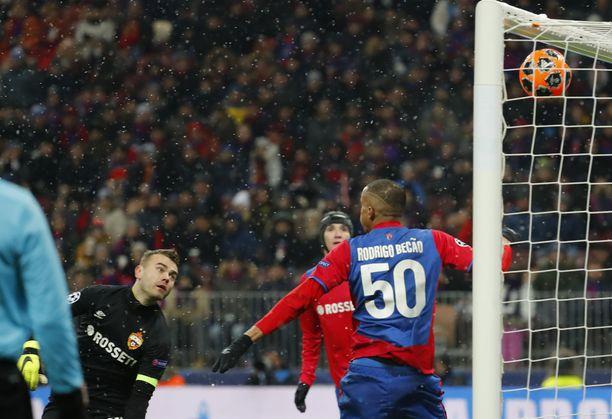 ZSKA:n maalivahti Igor Akinfejev seuraa vain katseella, kun Plzenin Roman Procházkan veto painuu yläkulmaan.