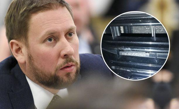 Kansanedustaja Paavo Arhinmäkeä (vas) epäillään vahingonteosta.