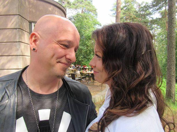 Tartu mikkiin -tv-ohjelmaa vuosia juontaneen Sami Hintsasen avioero astui lopullisesti voimaan toukokuussa. Viime syksynä hän tapasi sattumalta hississä nuoruuden ihastuksensa Varpun ja yhteinen seurustelu alkoi.