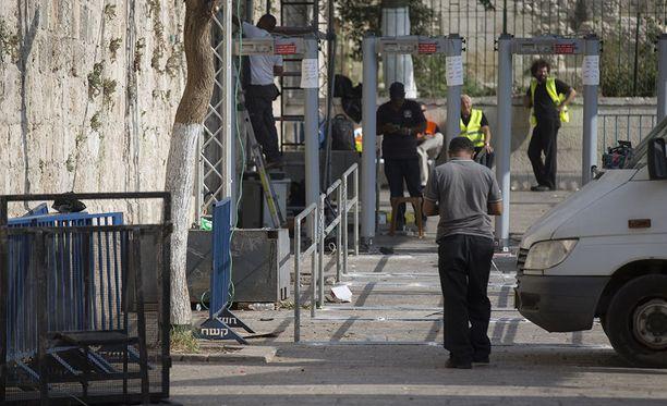 Israel asensi metallinpaljastimet sen jälkeen, kun kolme Israelin arabia salakuljetti moskeijaan aseita ja ampui siellä kaksi israelilaista poliisia 14. heinäkuuta.