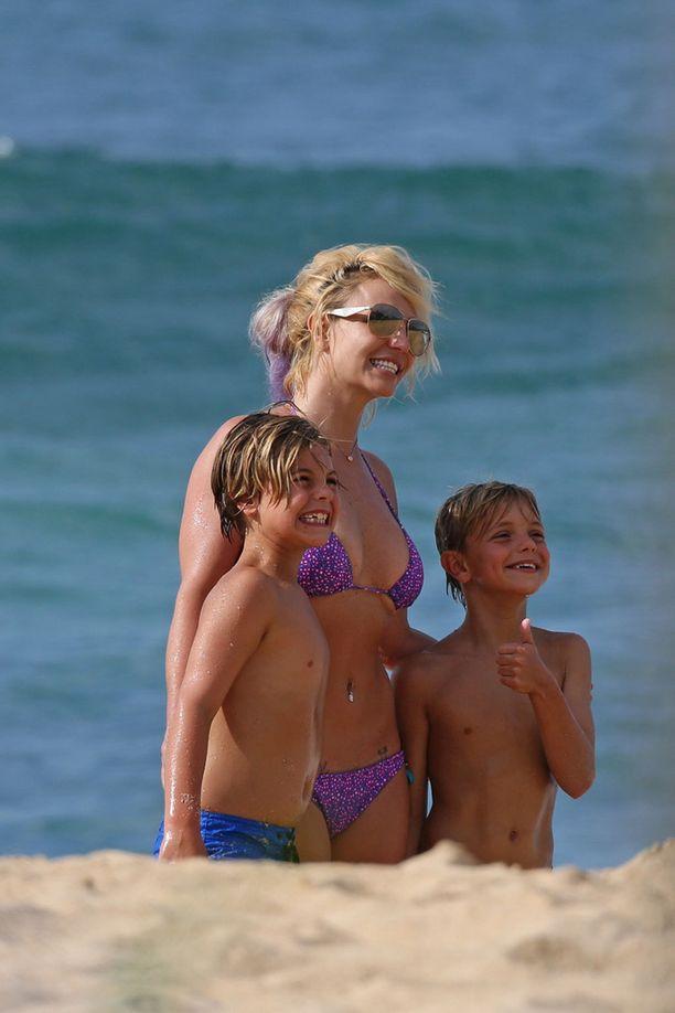 Britney vietti rentoa rantalomaa poikiensa kanssa Havaijilla.