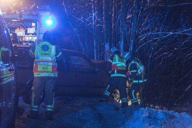 Auto ajautui rajusti ulos liukkaalta tieltä Kotkassa.