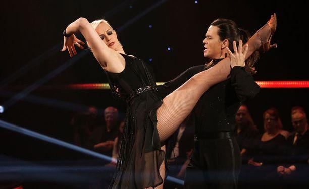 - Tanssii tähtien kanssa -ohjelmassa on kyse tanssiurheilusta. Harrastetanssissa meno on rennompaa eikä virheitä tarvitse pelätä.