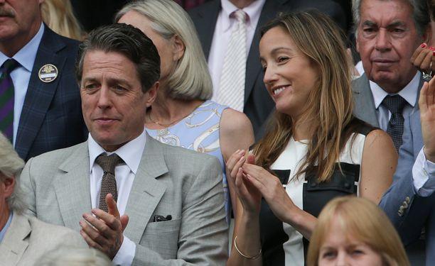 Hugh Grant ja Anna Eberstein nähtiin yhdessä Wimbledonin tenniskatsomossa heinäkuussa.