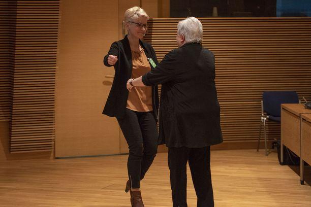 Tanja Karpela sai lämpimän halauksen eläkkeelle jääneeltä avustajaltaan.