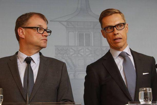 Pääministeri Juha Sipilä (kesk) ja valtiovarainministeri Alexander Stubb (kok) käyvät parhaillaan kovaa vääntöä sote-alueiden määrästä.
