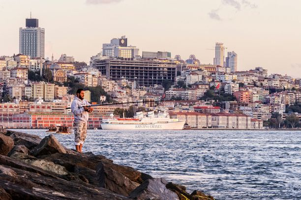 Kristina Regina vei suomalaisia risteilylomille maailman merille. Tässä risteillään Istanbulin Bosporinsalmella vuonna 2009.