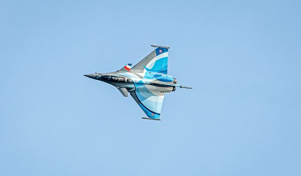 Puolustusministeriö ei ole vahvistanut mistä koneesta epäilyssä on kyse. Kuvassa Ranskan ilmavoimien Rafale-hävittäjä esiintymässä Kaivopuiston lentonäytöksessä Helsingissä elokuussa.