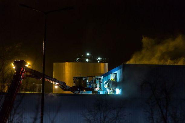 Tulipalo Raumalla tehdashallissa.