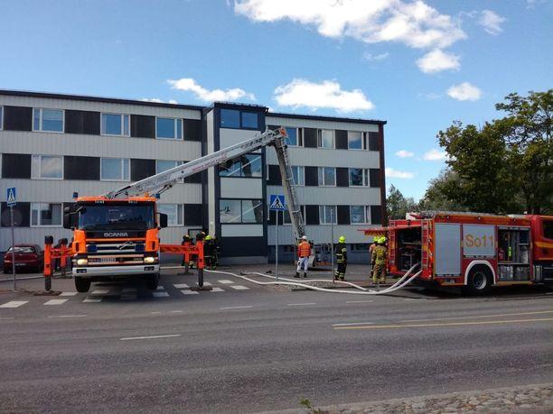 Tulipalo riehui ylimmän kerroksen asunnossa kolmikerroksisessa kerrostalossa.