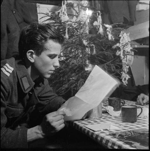 Mies lukee kotoa tullutta kirjettä jouluaattona 1941.