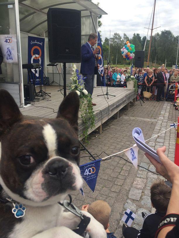 Elliot-koira oli seuraamassa tasavallan presidentin vierailua.