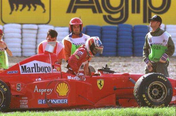 Michael Schumacher joutui ulos radalta taisteltuaan Jacques Villeneuven kanssa Jerezin GP:ssä vuonna 1997.