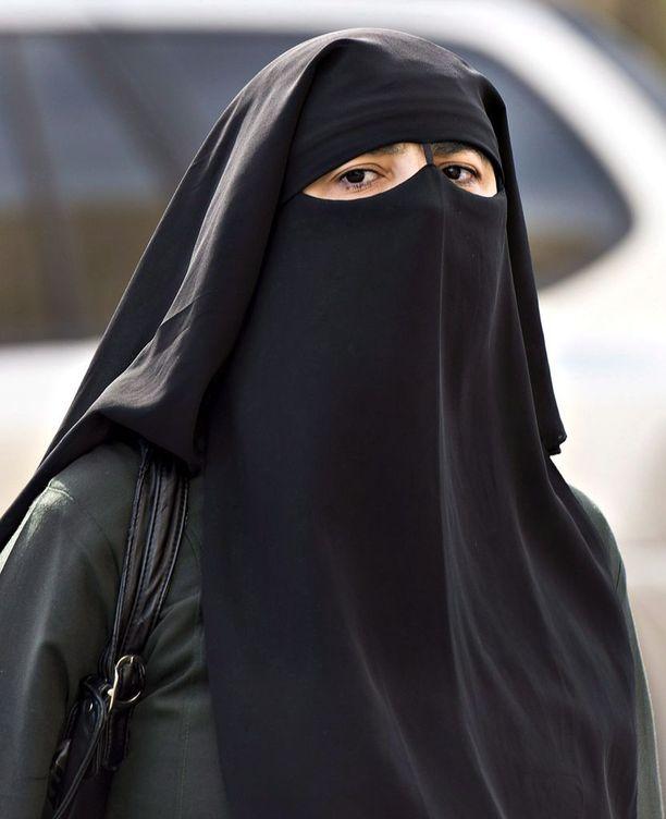Nainen niqabissa Montrealissa arkistokuvassa.