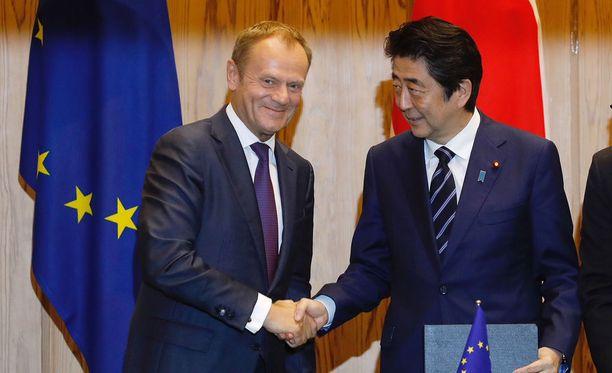 Eurooppa-neuvoston puheenjohtaja Donald Tusk ja Japanin pääministeri Shinzō Abe kättelivät allekirjoitettuaan sopimuksen Brysselissä.
