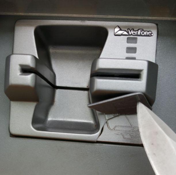 Väärä: Metallisen lukijan päälle tehty kotelo voi olla muovinen, jolloin sen tunnistaa materiaalista.