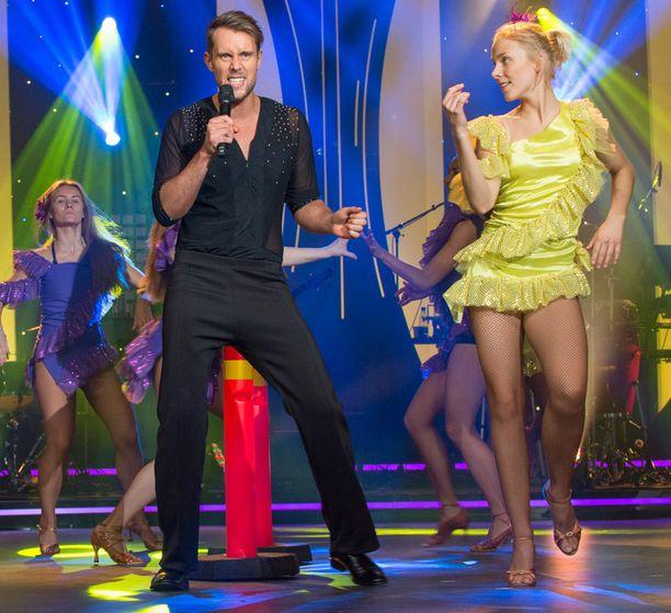 Waltteri Torikka laittaa lanteen vispaamaan Ricky Martinin malliin Livin' La Vida Locassa.