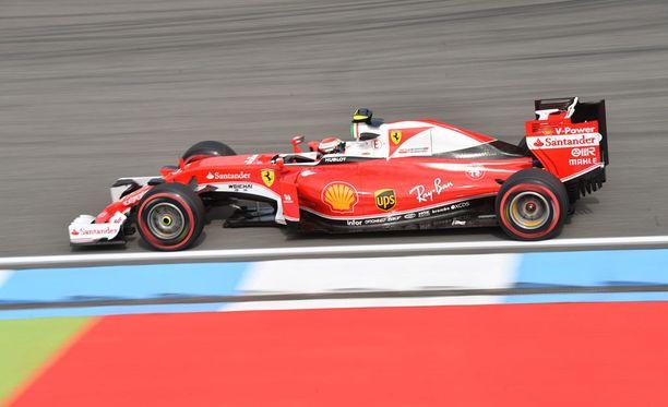 Kimi Räikkönen harmitteli, ettei saanut kunnolla pitoa aika-ajojen lopussa.