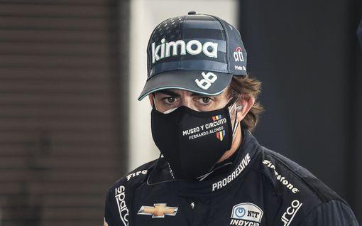 """Paluu F1-autoon ei ollutkaan niin helppo – Fernando Alonso kriittisenä: """"Auto suorittaa minua paremmin"""""""