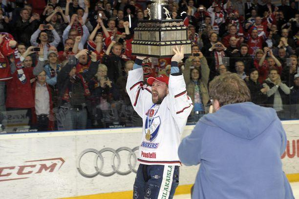Kimmo Kuhta kantoi Kanada-maljaa hullaantuneiden HIFK-fanien edessä Espoossa 2011.