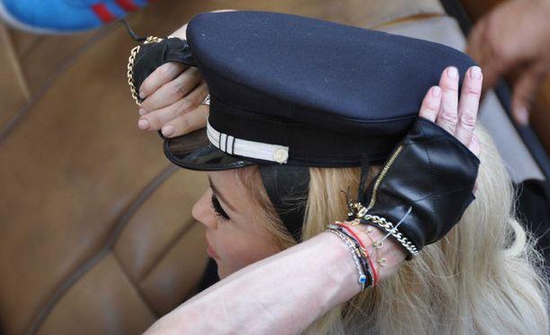 Madonna testaili autonkuljettajan lakkia.