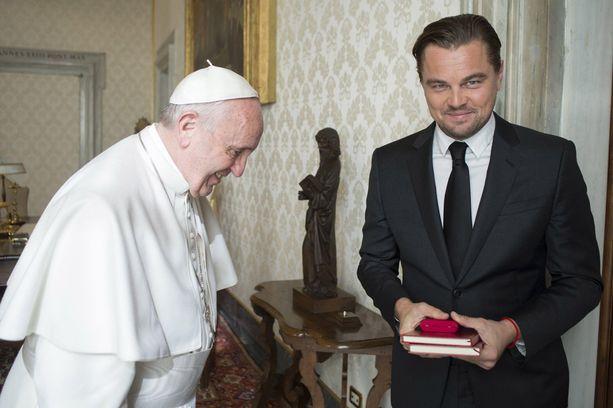 Leonardo sai paavilta kaksi kiertokirjettä.