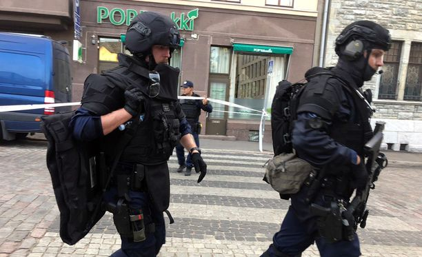 Poliisi oli paikalla Kasarmikadulla usean, raskaasti varustautuneen yksikön voimin.