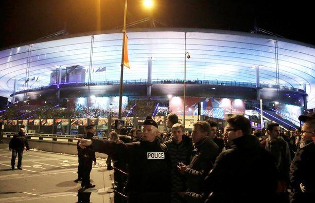 Kolme terroristia laukaisi räjähdevyönsä Stade de Francen ulkopuolella. Pommittajien lisäksi yksi ihminen kuoli.