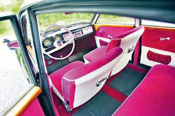 Wartburg on nyt elämänsä kunnossa. Auton penkit verhoiltiin lähes alkuperäisellä värisävyllä.