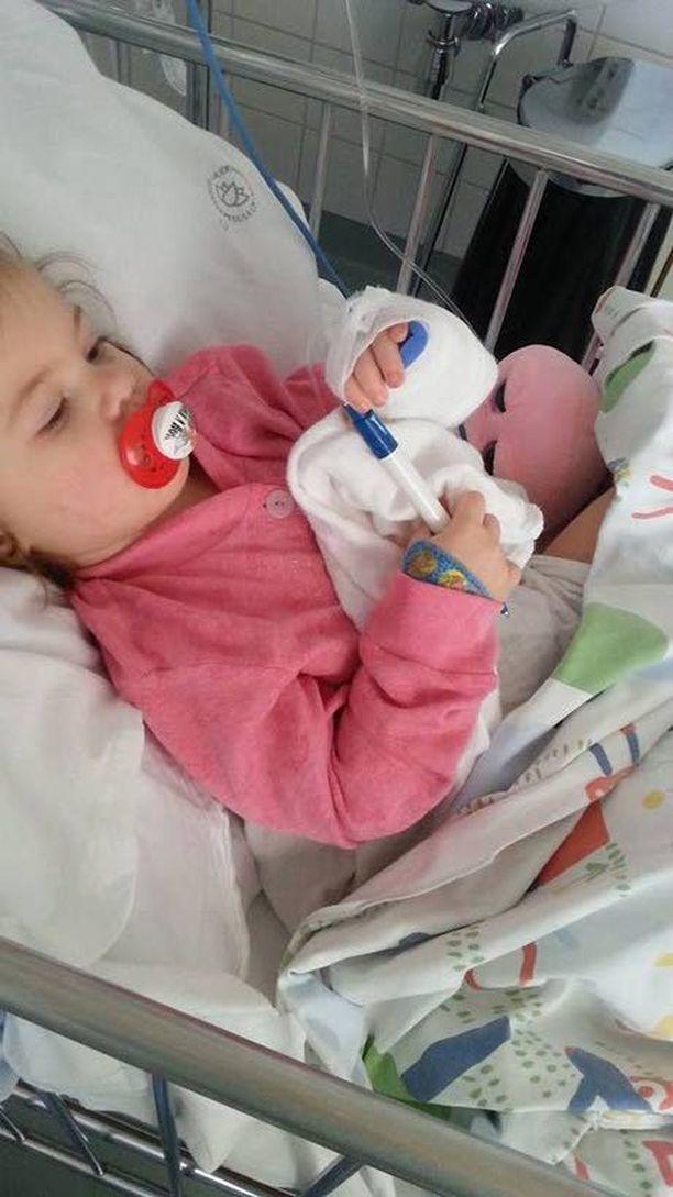 Meea Heinosella, 1 v 4 kk, todettiin usean päivän kuumeilun jälkeen bakteeriperäinen aivokalvontulehdus. Ensimmäinen lääkäri lähetti hänet kotiin. Lopulta tyttö sai hoitoa Jorvin sairaalassa. Tätä kuvaa otettaessa tilanne oli äidin mukaan vielä kriittinen.