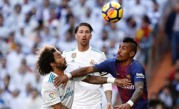 Sergio Ramos (kesk.) seurasi katseella brasilialaisten Marcelon ja Paulinhon (oik.) taistelua pallosta.