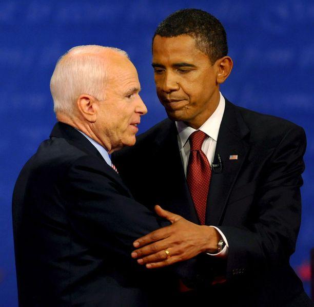 John McCain ja Barack Obama kättelivät toisiaan presidentinvaaliväittelyssä marraskuussa 2008. Aivosyöpää sairastanut McCain, 81, kuoli viime yönä.