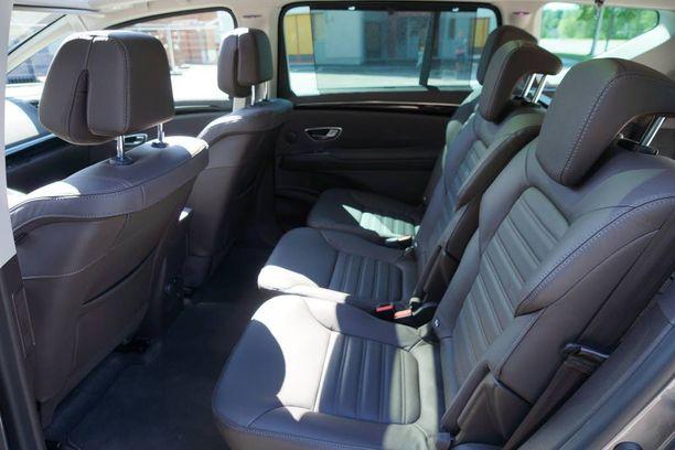 Takana on mahtavasti tilaa pituus- ja leveyssuunnassa, mutta vain tila-autotasolla vain välttävästi korkeussuunnassa.
